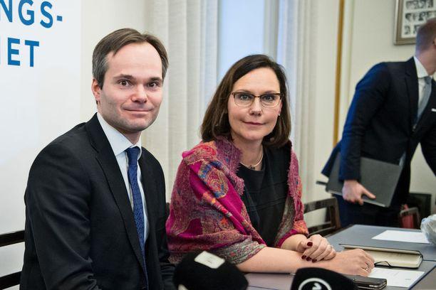 Kai Mykkänen (kok) ottaa maanantaina vastaan sisäministerin tehtävät. Samalla Anne-Mari Virolainen nousee hallitukseen ja saa Mykkäsen tähän asti hoitamat kehitys- ja ulkomaankauppaministerin tehtävät.