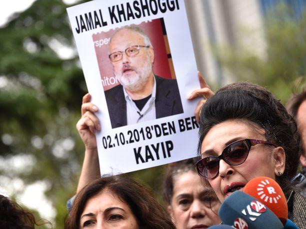 Ihmiset osoittivat maanantaina mieltään Saudi-Arabian konsulaatin edessä Istanbulissa.