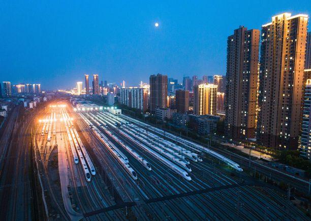 Luotijunat odottivat wuhanilaisia Wuchangin asemalla.