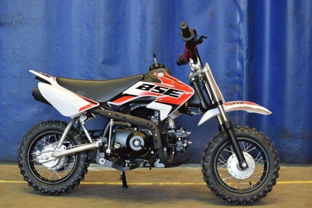 BSE Glanspower Dirt Bike 70 cc. Markkinointi, myynti ja luovutus lopettava. Myyjä on ilmoituksensa mukaan korjannut varastossaan olevat pyörät. Korjatun pyörän tunnistaa mm. kromisesta pakoputken suojalevystä, joka ulottuu koko näkyvälle alueelle pakoputkessa.