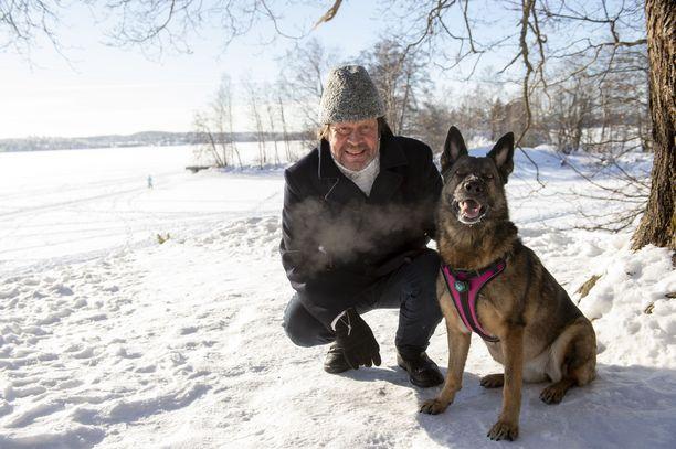 Pate Mustajärvi ja Apila-koira Pyynikin pakkassäässä.