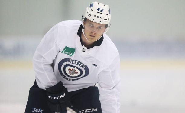 Kristian Vesalainen aloitti kauden Winnipeg Jetsissä, pelasi sen jälkeen Manitoba Moosessa ja Jokereissa ja on nyt taas takaisin Moosen miehistössä.