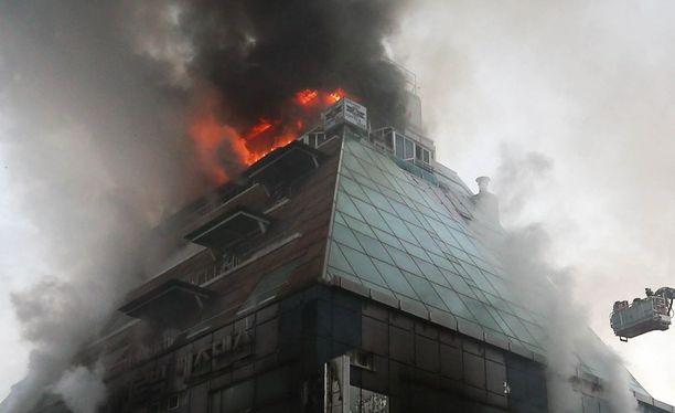 Kahdeksankerroksinen talo syttyi tuleen neljältä iltapäivällä Etelä-Korean Jecheonissa.