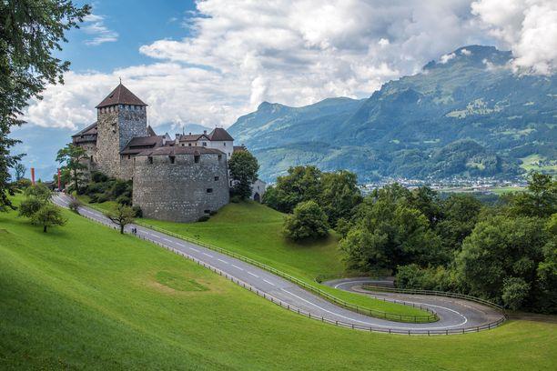 Pieni Liechtenstein hurmaa alppimaisemillaan.