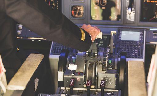 Työttömänä esiintynyt lentäjä nosti ansiosidonnaista työttömyyspäivärahaa. Samaan aikaan mies kuitenkin työskenteli lentäjänä ulkomailla.