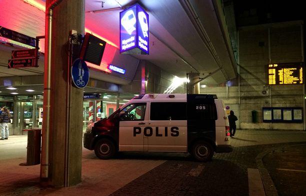 Kaksi ihmistä vietiin sairaalaan Myyrmäen juna-asemalla tapahtuneen ammuskelun seurauksena. Poliisin mukaan toisella heistä oli ampumisesta saatuja vammoja.