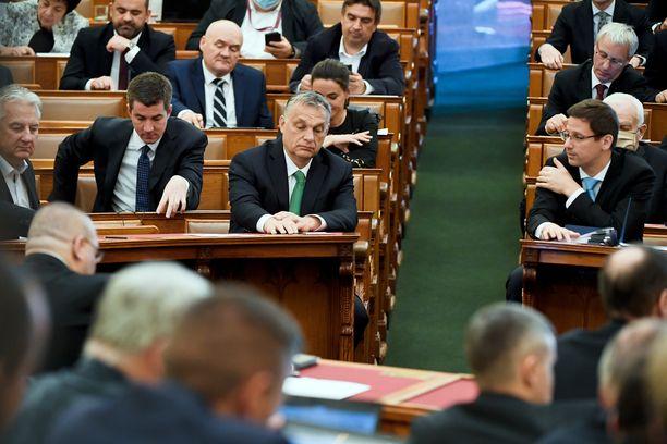 Pääministeri Viktor Orban (kesk.) Unkarin parlamentissa 6. huhtikuuta.