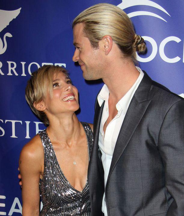 Chris Hemsworth kietoi blondin tukkansa niskanutturalle.