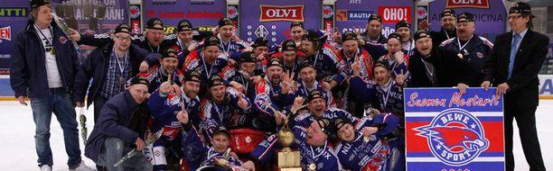 Bewe on tottunutjuhlimaan Suomen mestaruuksia etenkin kaukalopallossa - tässä vuoden 2010 mestarit.