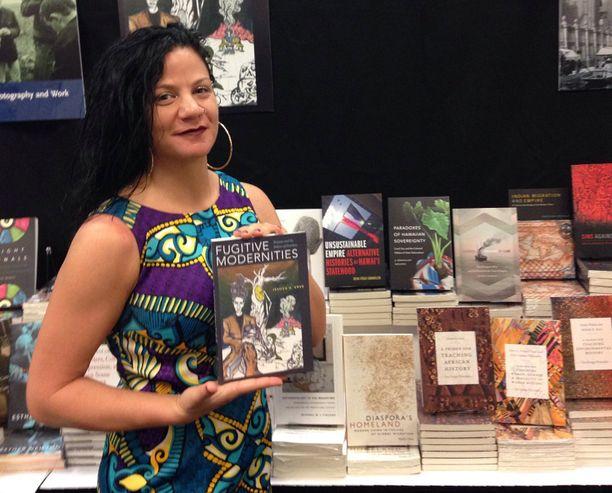 Jessica Krug kirjansa Fugitive Modernities julkaisutilaisuudessa.