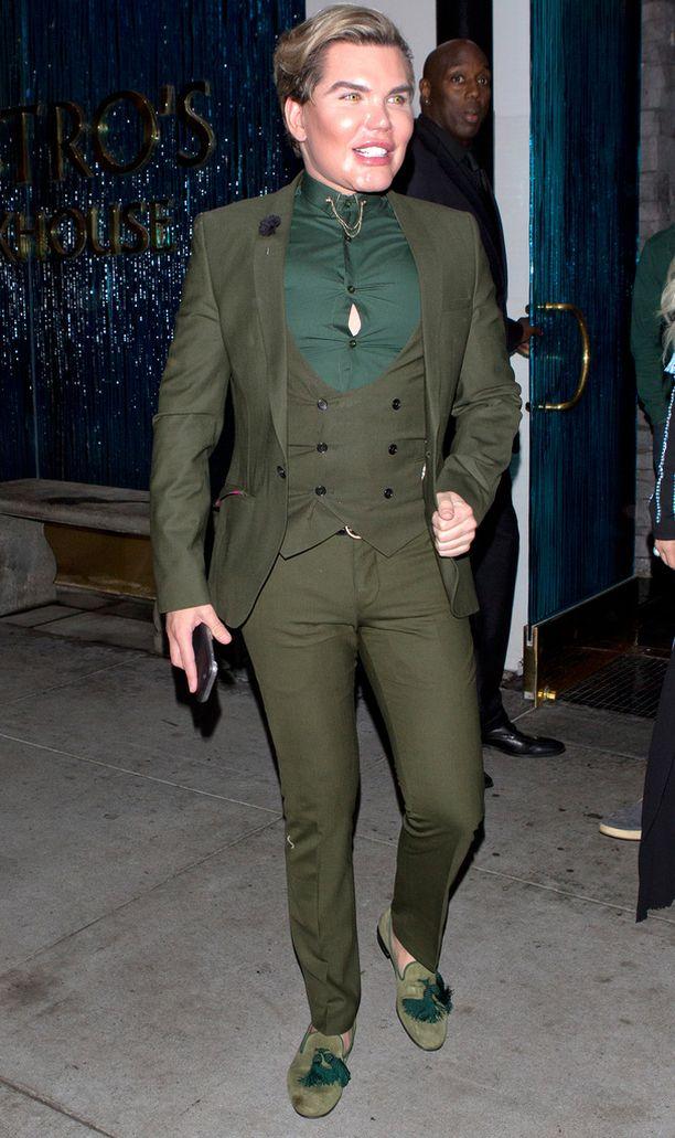 Ihmis-Ken oli pukeutunut illalliselle vihreään asukokonaisuuteen.