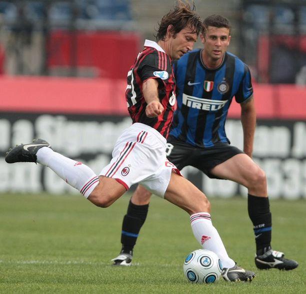 Andrea Pirlo (vas.) pelaa Silvio Berlusconin mukaan uransa loppuun AC Milanissa.