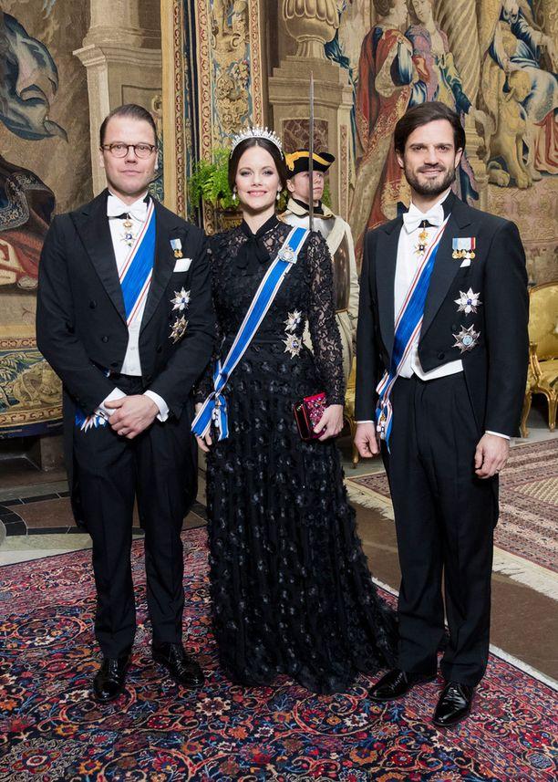 Kuvassa Sofia prinssi Danielin ja prinssi Carl Philipin välissä.
