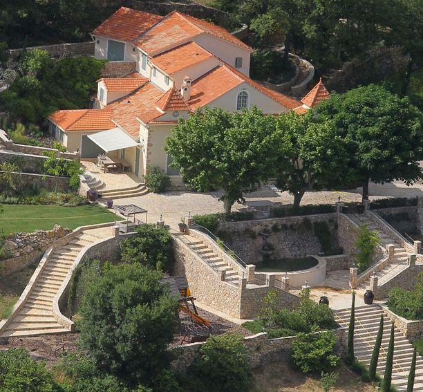 Päärakennukseen pääsee upeita portaita pitkin.