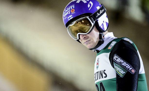 Ville Larinto putosi jatkosta Oberstdorfin avaushypyn jälkeen.
