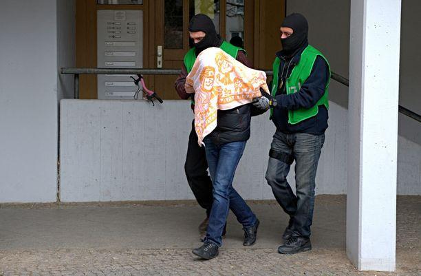 Poliisi pidätti kaksi miestä eilen tekemissään ratsioissa.