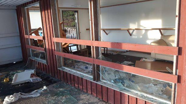 Kahvilatilan ikkunat on rikottu.