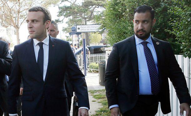 Presidentti Emmanuel Macron lähdössä äänestämään Alexandre Benallan kanssa viime kesänä.
