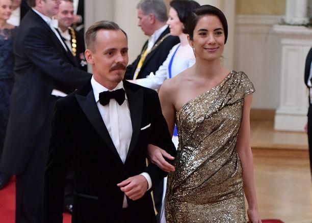 Jasper Pääkkösen puoliso Alexandra Escat juhli Linnassa Mert Otsamon suunnittelemassa iltapuvussa.