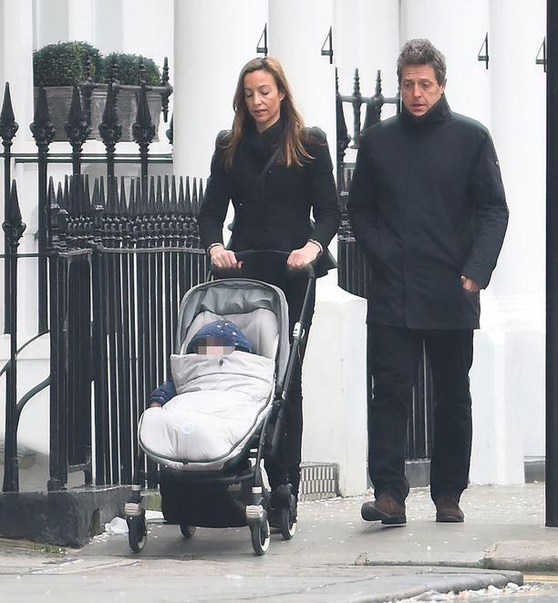 Hugh Grant päiväkävelyllä Lontoossa tuottaja-rakkaansa ja nuorimmaisensa kanssa.