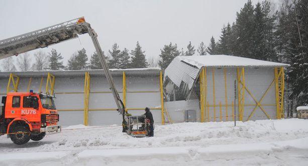 Viime talven lumikuorma koetteli kattoja. Esimerkiksi Järvenpään urheiluhallin katto romahti.