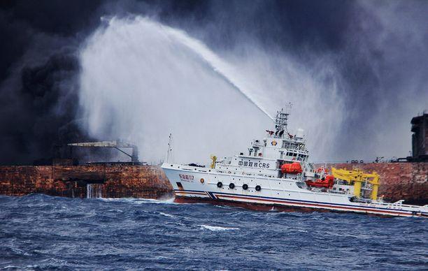 Kiinalainen sammutusvene taisteli liekkejä vastaan perjantaina. Sunnuntaina säiliöaluksella tapahtui voimakas, liki kilometrin korkuiset liekit aiheuttanut räjähdys, minkä jälkeen alus upposi.