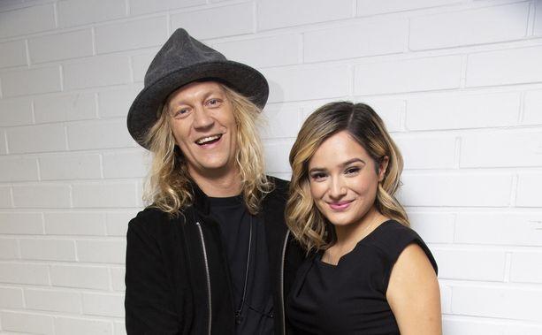 Jukka Hildén ja Chachi Gonzales poseerasivat Possen kevään päätösjakson alla MTV:n studioilla.