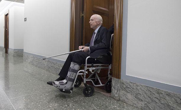Republikaanisenaattori John McCainin nähtiin poistuvan pyörätuolissa senaatin komitean istunnosta marraskuun loppupuolella.