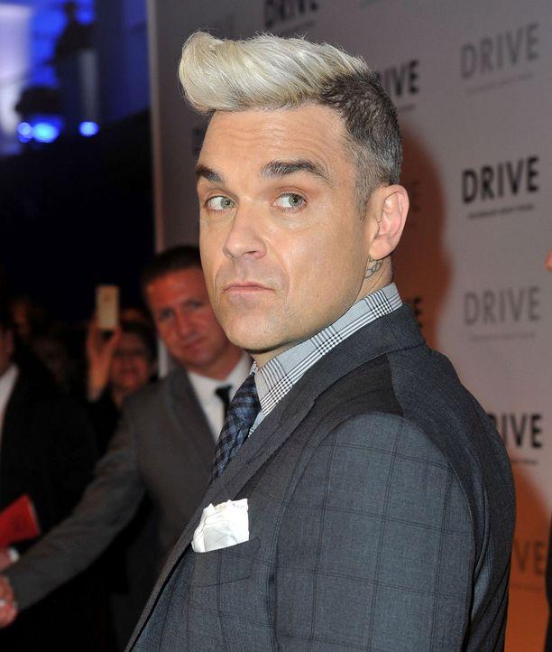 Robbie Williams laitatti harmaan sävyiset hiuksensa fiftarityyliin.