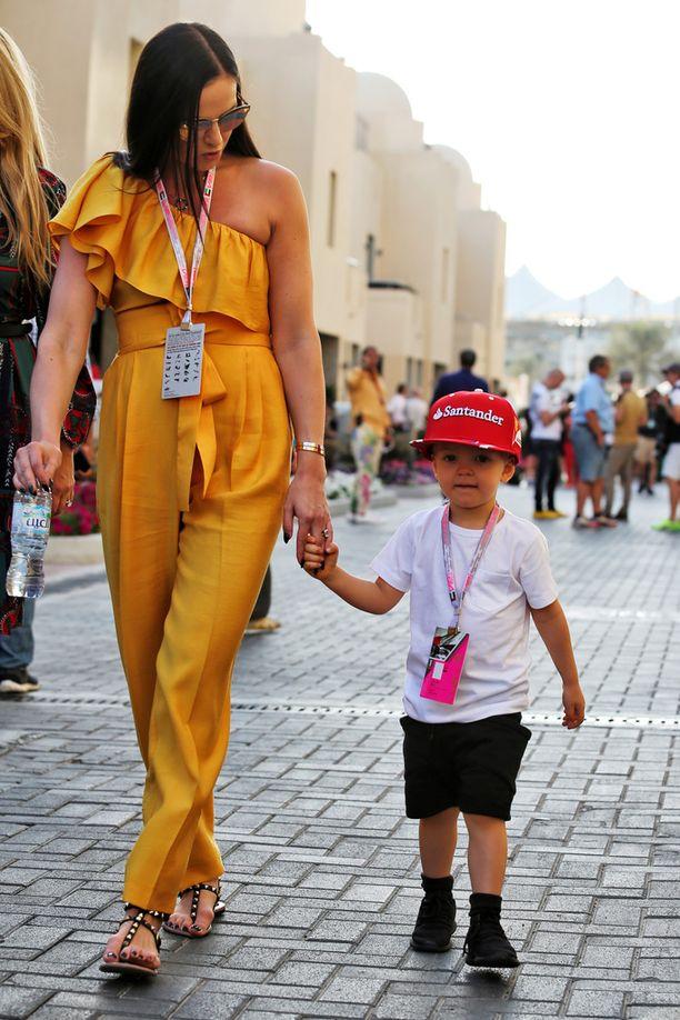 Minttu Räikkönen talutteli poikaansa upeassa keltaisessa haalarissa.
