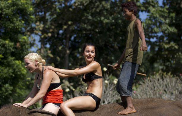 Tähtöset joutuivat ohjelmassa vaarallisen näköisiin kilpailuihin, mutta todellisuudessa heidän turvallisuudestaan huolehdittiin jokaisessa tehtävässä. Norsun selässä avustajan lisäksi Iida Ketola ja Sara Sieppi.