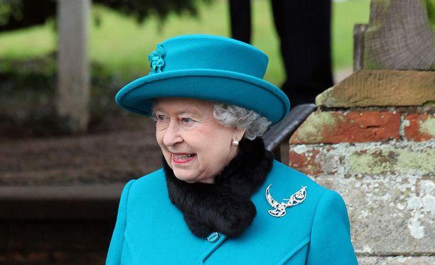 Kuningatar Elisabet on 90 vuoden iästään huolimatta vielä tiukasti vallan kahvassa.