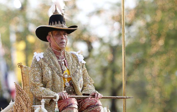 Kuningas Vajiralongkorn, hallitsijanimeltään Rama X, pitää seremonioista.