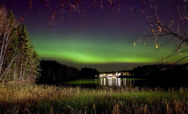 Maisansalossa asuva Sirpa Pursiainen kuvasi revontulet viime viikolla Näsijärven päällä.