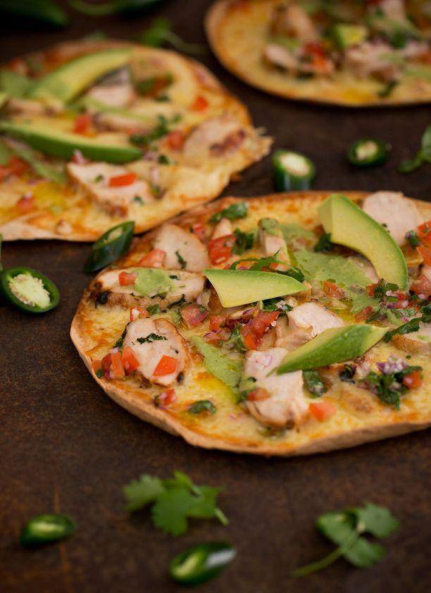 Tavallisesti quesadilla tehdään kahden tortillapohjan väliin, mutta avoin quesadilla muistuttaa pizzaa.