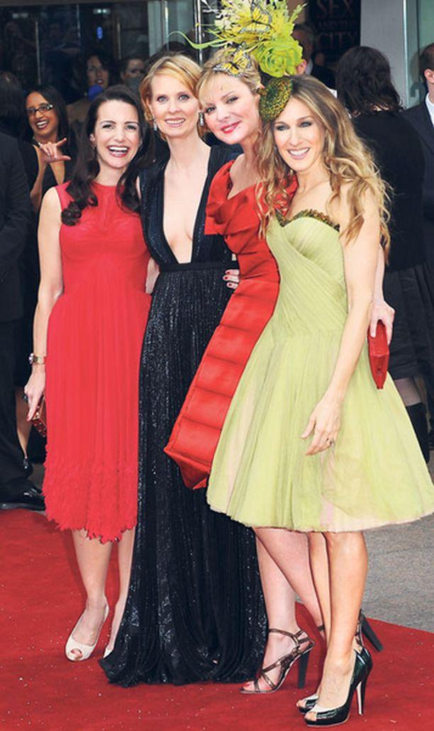NAISELLINEN NELIKKO. Kristin Davis, Cynthia Nixon, Kim Cattrall ja Sarah Jessica Parker hehkuivat Sinkkuelämää-elokuvan ensi-illassa.