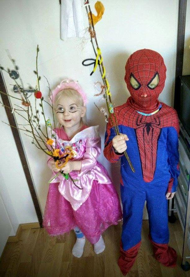 Virpomaan voi lähteä myös muussa kuin noidan asussa. Ellen pukeutui prinsessaksi ja Thomas Hämähäkkimieheksi.