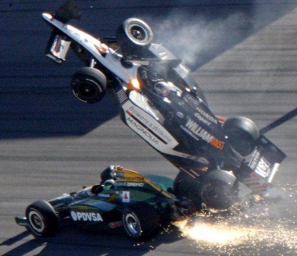 Tästä se alkoi. Dan Wheldon nousee ilmoihin peräänajon seurauksena.