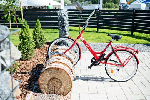 Kohde 11: Valkeakoski-talon pihalla on näin komea koivupölkystä tehty pyöräteline.