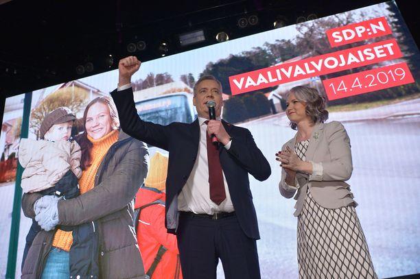 Puheenjohtaja Antti Rinne kiitti puheessaan puolueen jäseniä kovasta kampanjatyöstä ja vieressä seisonutta vaimoaan Heta Ravolainen-Rinnettä tuesta.