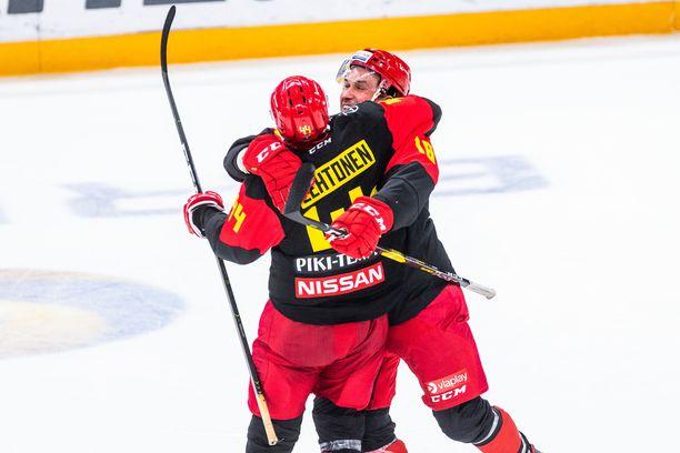 Mikko Lehtonen on nakuttanut huipputehot kauden alkuun. Kuvassa miestä halaamassa Sami Lepistö.