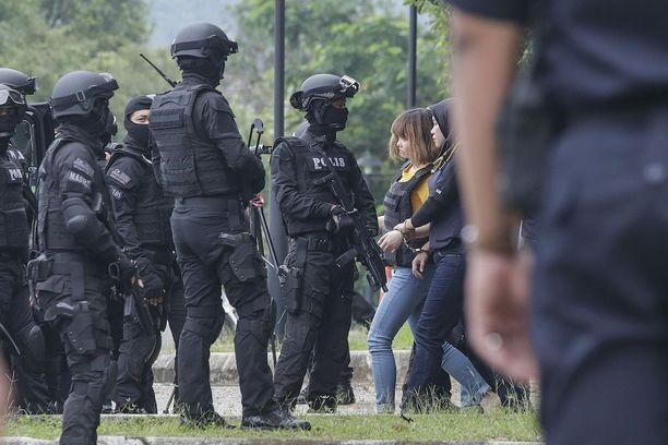 Syytetyt oli puettu luotiliiveihin saapuessaan oikeustalolle Malesian Sepangissa.