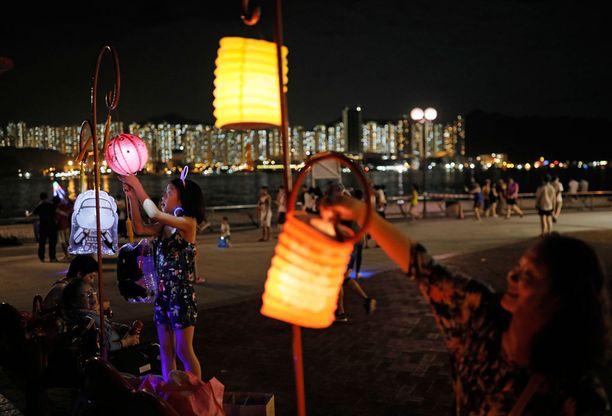 Hong Kongissa juhlittiin täydenkuun aikaan 15.9. perinteistä kiinalaista syysjuhlaa.