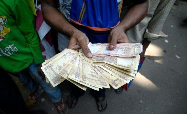 Intian hallitus ilmoitti yllättäen viime viikolla, että vanhat 500 ja 1 000 rupian setelit korvataan osana korruption vastaista taistelua.