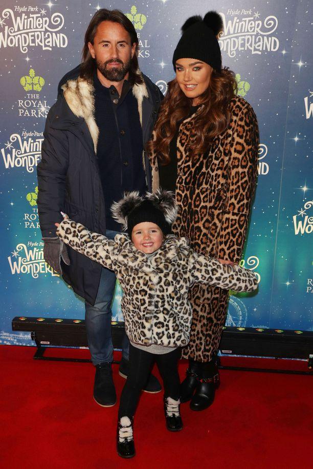 Ecclestone miehensä Jay Rutlandin ja parin 4-vuotiaan Sophia-tyttären kanssa joulutapahtumassa.