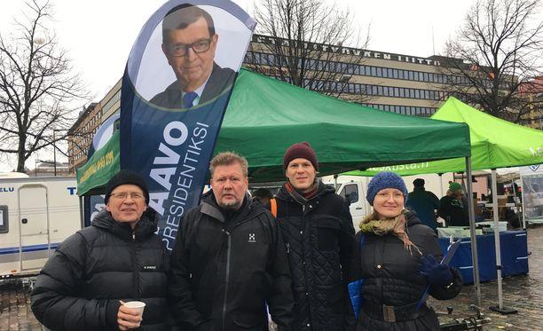 Martti Issakainen (vas.), Arto Talvio, Teemu von Boehm ja Karoliina Topelius keräsivät allekirjoituksia Paavo Väyrysen kannattajakortteihin sunnuntaina Hakaniemen torilla.