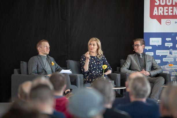Kuvassa vasemmalta oikealle panelistit Matias Turkkila (PS), Maria Guzenina (SDP) ja Oras Tynkkynen (Vihr.).