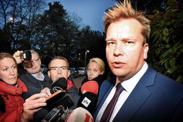 Puolustusministeri Antti Kaikkonen pyrkii Juha Sipilän seuraajaksi keskustan johtoon.
