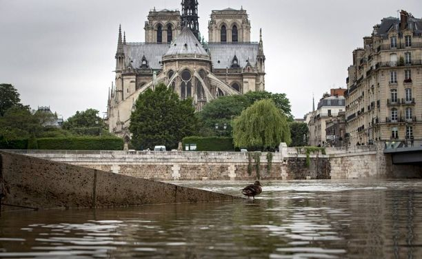 Ennätystulvat koettelevat Pariisia.