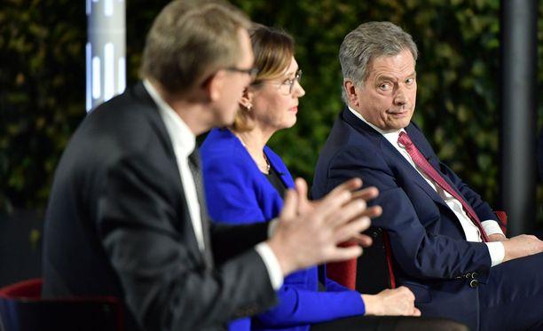 Istuvan presidentin Sauli Niinistö Nato-kanta ihmetyttää haastajia.